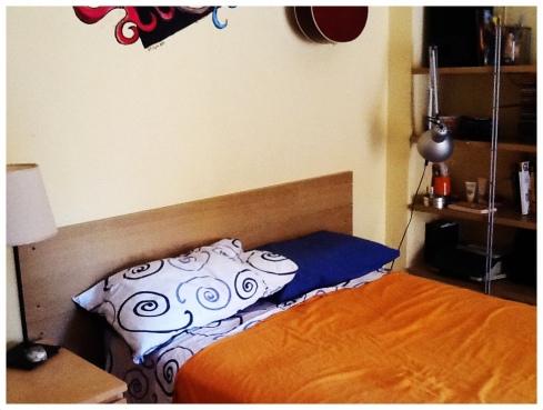 testiera del letto con mensole ikea